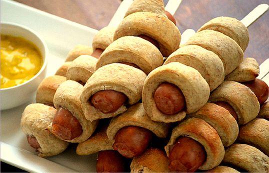 Kips: Knakworstjes met bladerdeeg op stok. Leuk om te maken, te eten én te trakteren.