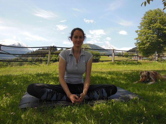 Wer Yoga macht, weiß, dass es nicht nur hilft, seine innere Mitte zu finden, sondern auch seinen Körper besser wahrzunehmen und zu formen. Ich als Reiterin mache seit einem Aha-Erlebnis Yin-Yoga unglaublich gern. Diese sanfte Methode, bei der die einzelnen Asanas (Übungen/Positionen 3 bis 5 Minuten lang gehalten werden, hat mir zu einem enorm besseren Sitzgefühl sowie einem beweglicheren Mitschwingen in der Hüfte verholfen.