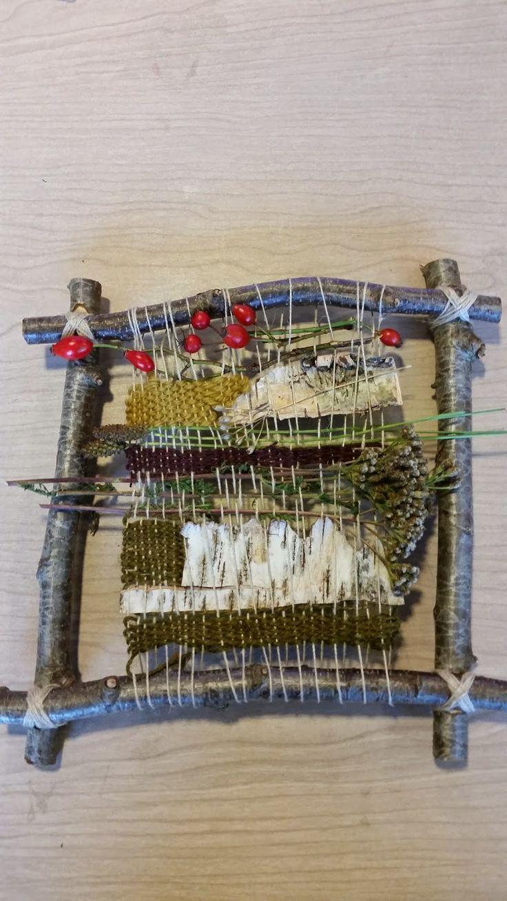 Vævning med forskellige garner på bladformet væv.        Vævning med naturmaterialer på væv af grene.