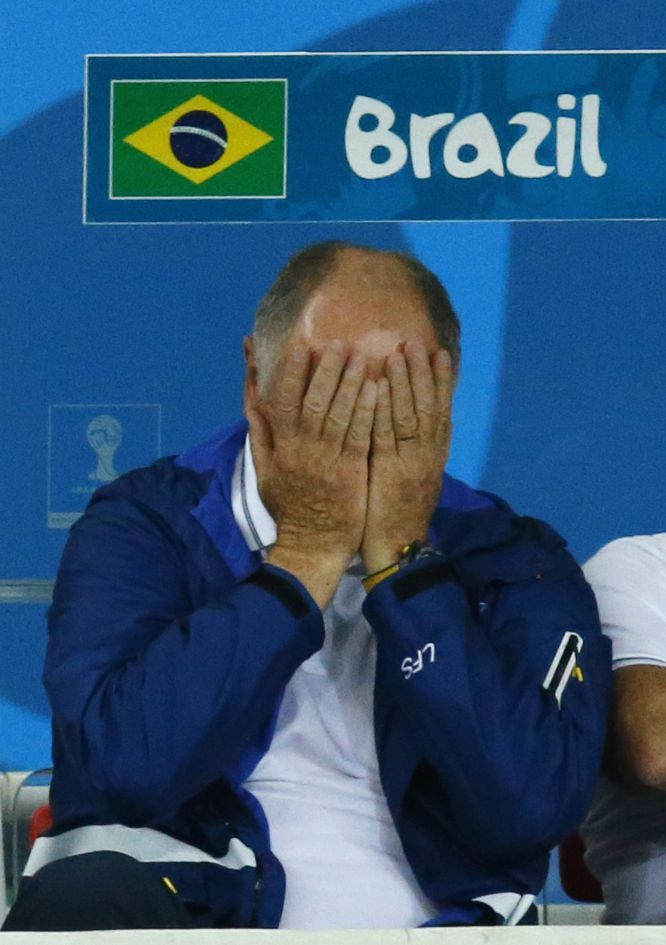 Semifinal Brasil 1 - Alemania 7: El seleccionador de Brasil Luiz Felipe Scolari se lamenta en el banquillo.