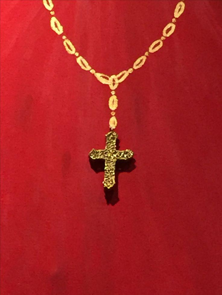 Particolare Cardinale Croce in bronzo dorato con apertura laterale dove è inserita un piccolo foglietto dove scrivere i propri segreti...