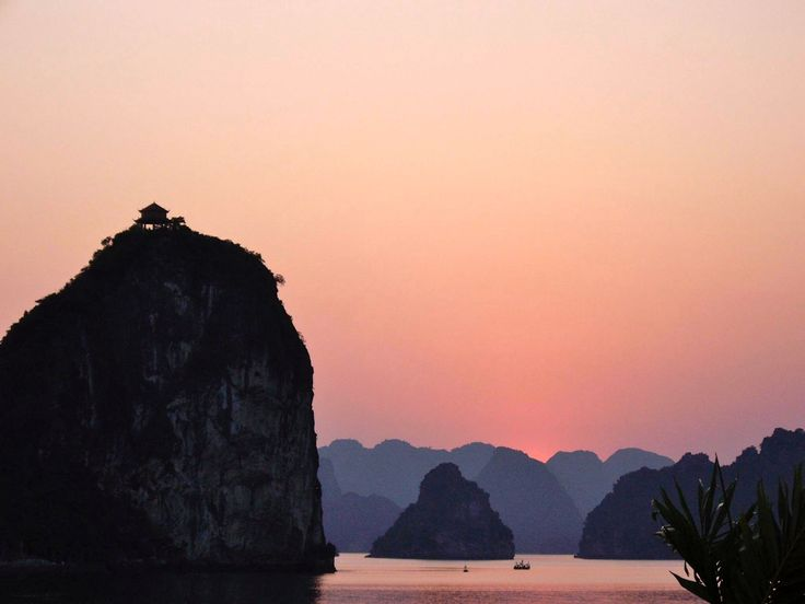 Atardecer en la Bahía de Halong, provincia de Quang Ninh en el norte de Vietnam.