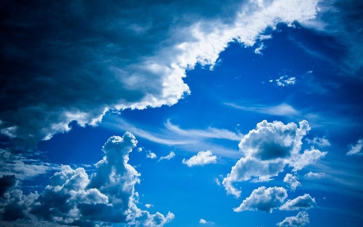 Siyah İle Beyaz Bulutlar ve Masmavi Gökyüzü Duvar Kağıdı