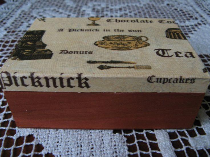 Pudełko zdobione metodą decoupage. Wieczko imitujące płótno, dół pudełka bejcowany. Lakierowane.