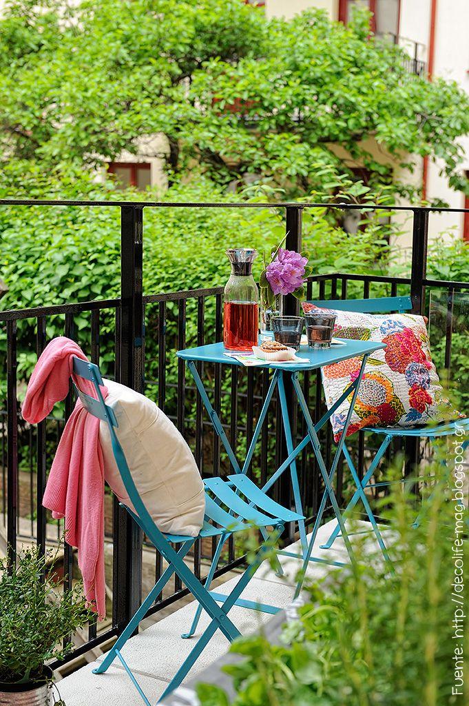 Muebles simples de colores fuertes para darle vida a un balcón.
