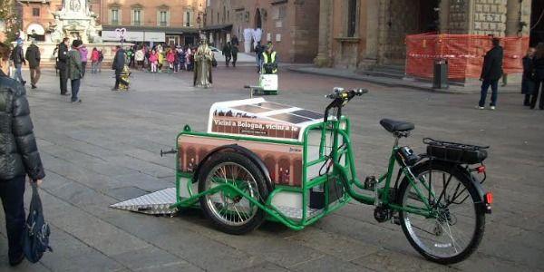La bici coi pannelli solari che pulisce i portici di Bologna