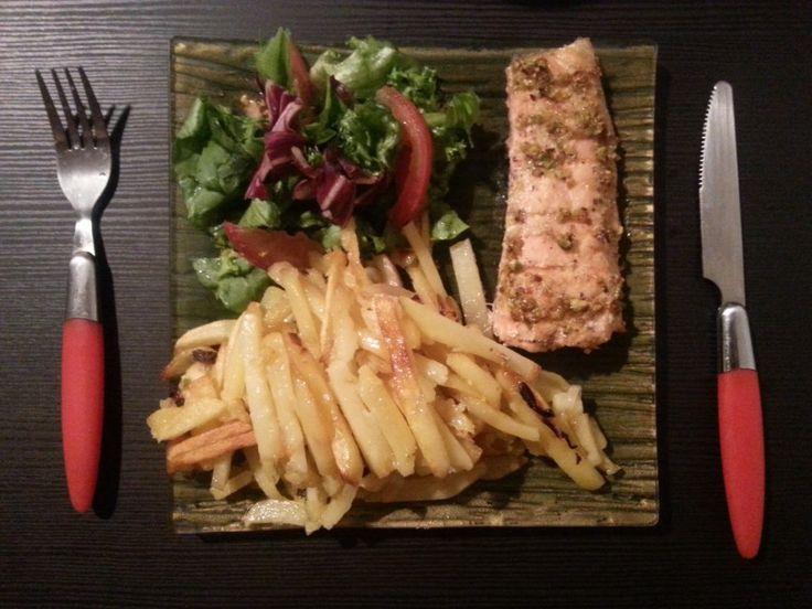 Новый рецепт семги! Saumon avec pistaches: Аккуратно выложить на блюда.  Подать с гарниром - вкуснее всего с отварным рисом или жареным картофелем-фри.   Bon