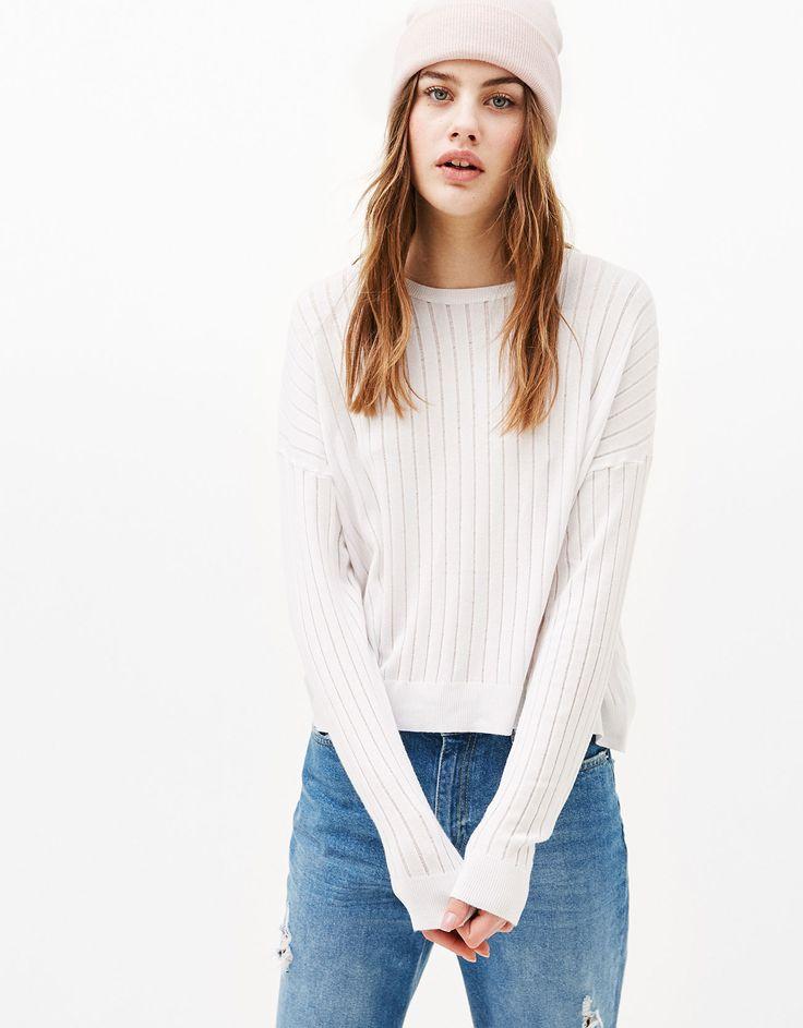 Укороченный свитер из ажурного трикотажа. Откройте для себя эти и многие другие товары Bershka с новыми коллекциями каждой недели