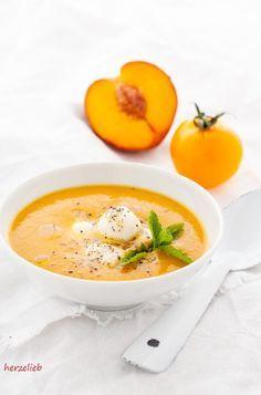 Sonnenschein auf dem Tisch - die Pfirsich-Tomatensuppe mit Mozzarella. Ein Rezept von Michaela Hoechst-Lühr - Bloggerin auf http://herzelieb.de
