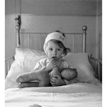 Cecil Beaton - Eileen Dunne in the Hospital for Sick Children, 1940