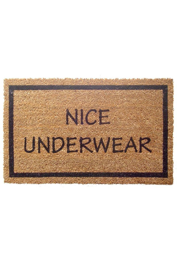 Het is maar goed dat een deurmat niet echt kan zien! Mooi ondergoed! ;-) Leuke binnenkomer.