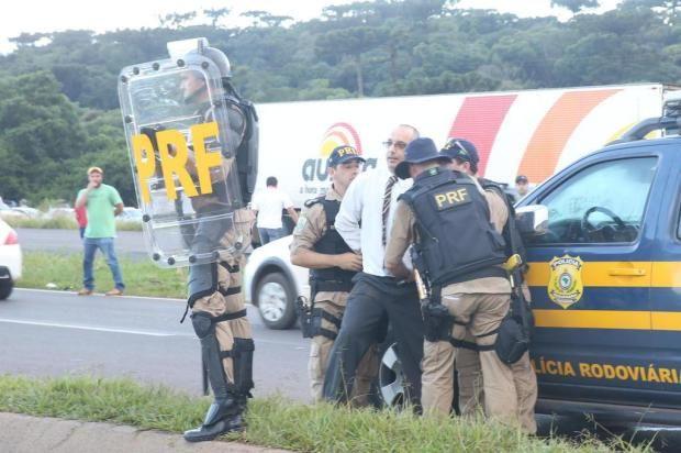 OAB-SC denuncia policiais por abuso contra advogado preso em Xanxerê durante greve dos caminhoneiros +http://brml.co/1bCYi1I