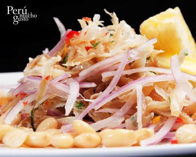Su preparación es similar al popular ceviche, pero se utiliza el pescado guitarra o raya seca salada