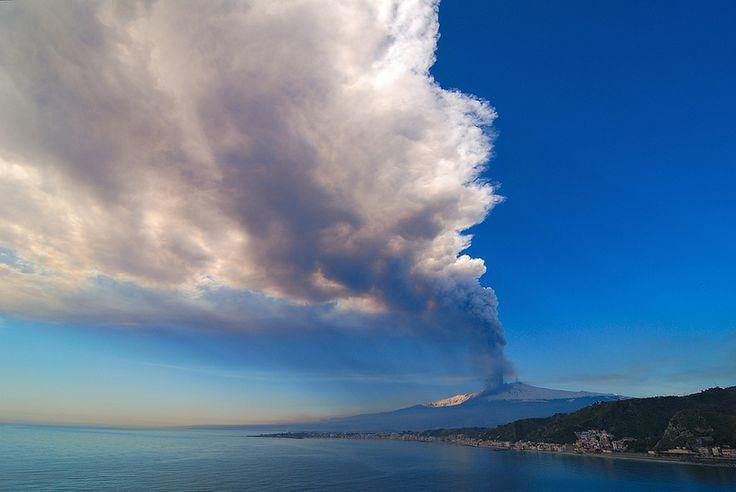 L'eruzione dell'Etna (marzo 2012) vista dalla baia di Giardini Naxos. Da notare l'enorme pennacchio carico di cenere vulcanica, pronta a cadere nei paesi circostanti.