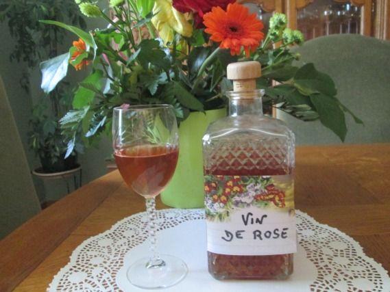 """750g vous propose la recette """"Vin de pétales de roses"""" publiée par francerp."""