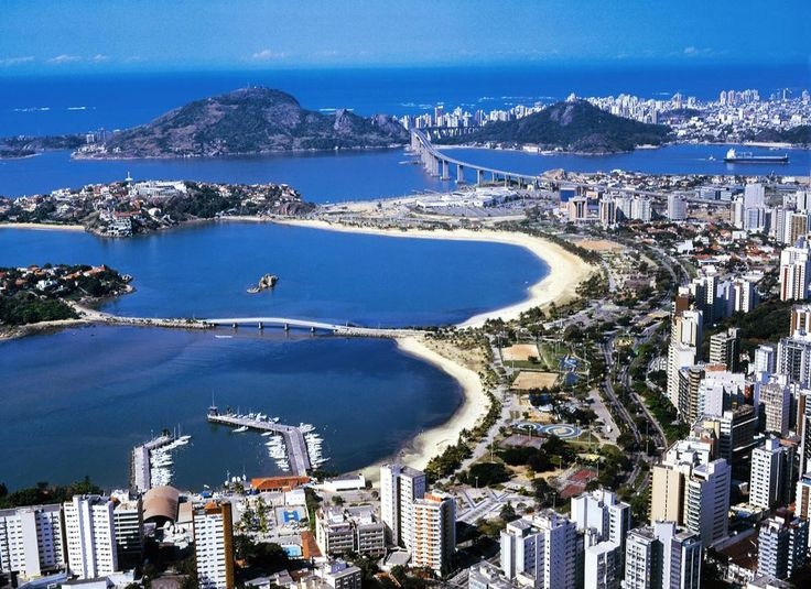 Fundada em 1551, na ilha da Vitória, às margens da baía também de mesmo nome, a capital do estado do Espírito Santo ocupa área de 81 km2 e abriga um dos mais importantes portos do país,por onde é escoada grande parte da carga de minérios exportada, oriunda dos estados de Minas Gerais e do Pará.