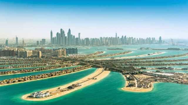 """Dubai è la Metropoli del Futuro immersa nel Deserto La modernità di questa città non è solo nello skyline molto simile a quelle di Los Angeles o New York – ma anche lo stile di vita si avvicina a quelli occidentali.  Con un """"viaggio"""" di pochi second #viaggi #dubai"""