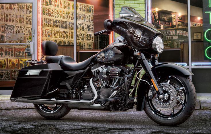 Take black way beyond basic. I Harley-Davidson 2011 Street Glide®.