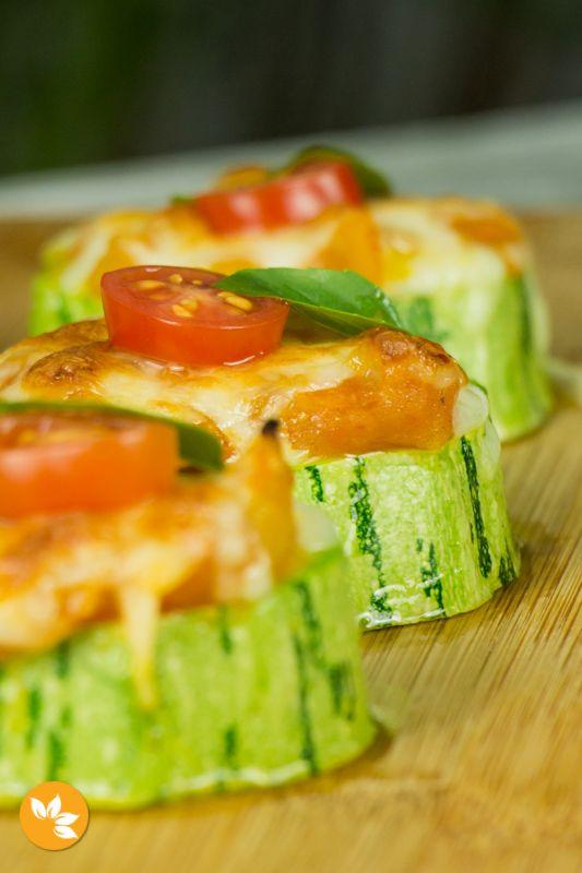 Uma receita diferente e deliciosa de Abobrinha. Estas Abobrinhas Marguerita são cobertas com molho de tomates caseiro, queijo muçarela, tomates cereja e manjericão fresco.