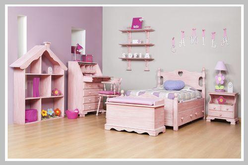 AMBIENTE NIÑA CAMILA El sueño de habitación para las niñas que les encanta el rosado. Su diseño clásico con acabados DKP o wash rosado transportan a su pequeña a un mundo de creatividad. El rosado es un color amable que ayuda a relajarse física y emocionalmente. La cama, mesa de noche, escritorio y silla son una herencia de nuestro portafolio. Dado que puede escoger el color que desee su hijo, este espacio se perfecto para niño o niña.