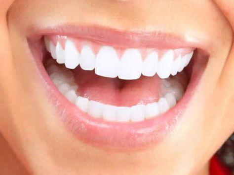 Clareamento dental usando produtos naturais Muitas pessoas evitam sorrir em público porque elas têm os dentes amarelos e nunca fizeram um clareamento denta