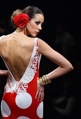 rojo moteado con los tradicionales lunares de los vestidos de gitana canasteros.
