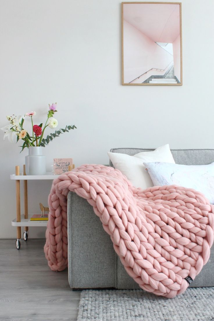 Een Mooie Roze Warme Gebreide Wollen Deken Voor De Koude Dagen Romantisch Scandinavische Woonkamer En Interieur Me Kussens Scandinavische Woonkamers Woonkamer
