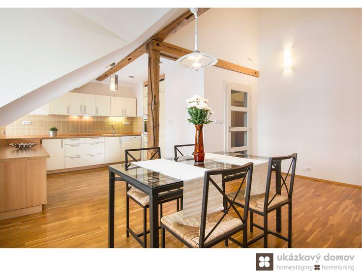 Home Staging částečně zařízeného podkrovního bytu v Praze na Smíchově, více info k tomuto projektu na http://ukazkovydomov.cz/2016/08/07/home-staging-castecne-zarizeneho-bytu-3-kk-v-praze-na-smichove-cerven-2016/ #praha #prague #czech #homestaging #obyvaci #living #pokoj #po #after #white #walls #ikea #dining #jidelni #kout #kuchyn #kitchen #podkrovni #attic