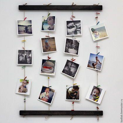 Купить или заказать Панно для фотографий на стену Fotolder (черное) в интернет-магазине на Ярмарке Мастеров. Особенности панно для фотографий Fotolder: - панно имеет 4 ряда веревочек для размещения фотографий - в наборе идут 40 шт. цветных мини прищепок для крепления фото - созданная коллекция легко изменяется или дополняется новыми фотографиями - конструкция крепления к стене позволяет повесить фотопанно горизонтально или вертикально - сквозные отверстия в планках позволяют при…