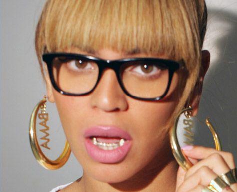 gold fangs | Beyoncé shows off gold grill