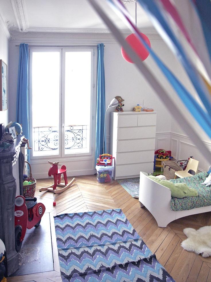 J'adore la chambre de Camillo, je la trouve très gaie ! Lit évolutif Leander, couette ie, jouets chinés ou fabriqués par Marie Cerise.