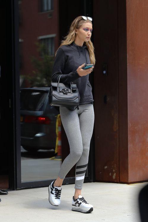 Gigi Hadid avec son sac Versace et ses chaussures Hogan