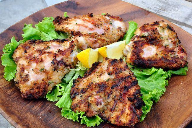 Le sovracosce di pollo in crosta sono un secondo piatto appetitoso e gustoso preparato al barbecue.