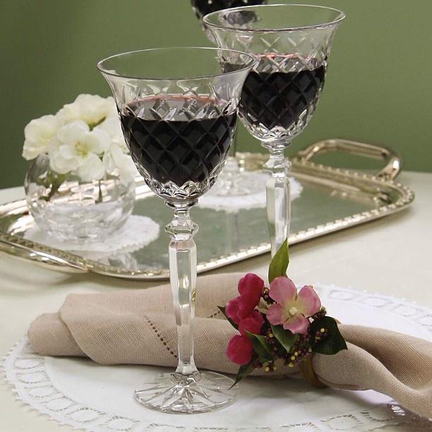 Aproveite o friozinho para degustar um bom vinho com a família e amigos! Boa noite!  #boanoite #receberbem #tableware #vestiramesa #exclusivo #taniabulhoes #tacaametista #listadecasamento #cristal