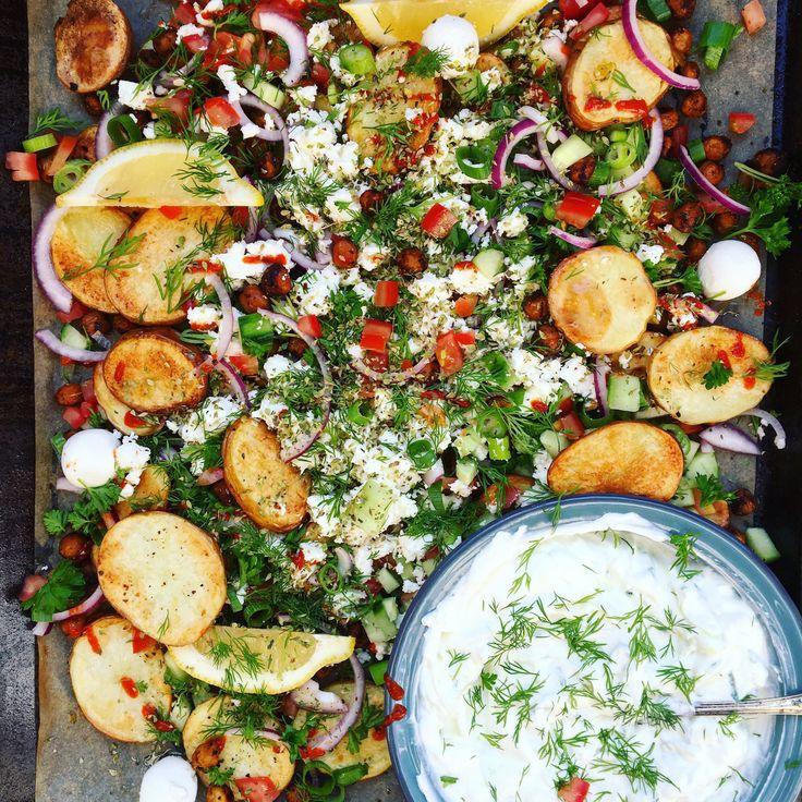 greek fries: rostad grekisk potatis med fetaost, gurka, tomat, oliver, lök och dilltsatsiki