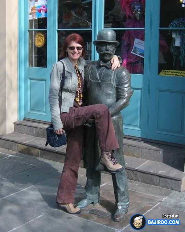 21 Pictures Of Funny People Posing With Statues — Bajiroo ...
