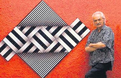 El Maestro Omar Rayo con una de sus obras.