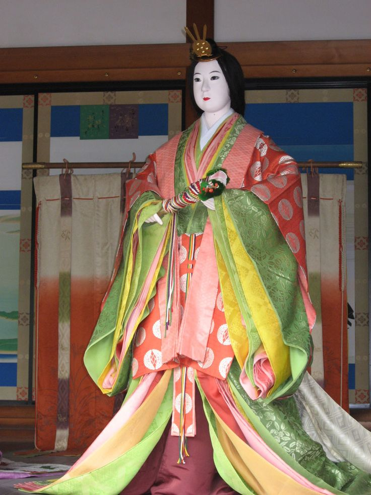 JUNIHITOE A twelve-layer kimono (jûnohitoe), such as Heian period court ladies would have worn.