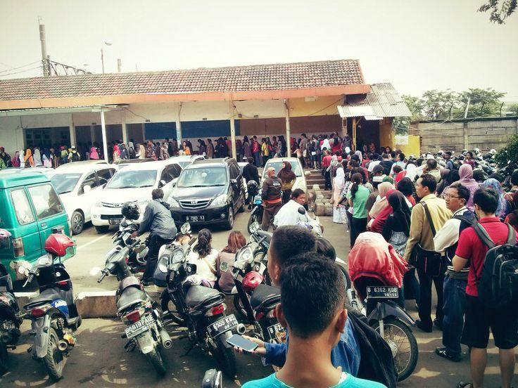 Antrian pengguna commuter line single trip di Stasiun Bekasi, Kamis, 2/1.
