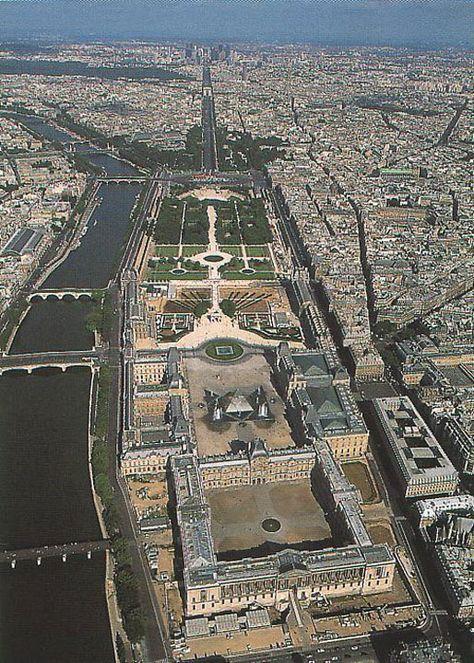Vue aérienne interessante du musée du Louvre le long de la Seine , et dans l'enfilade, jardins du Louvre, place de la Concorde, avenue des Champs Élysées, Paris 1er et 8ème