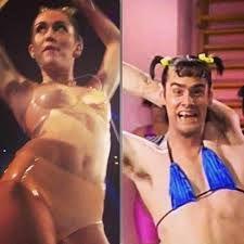 El vestuario, la pose y el peinado de #MileyCyrus parecía una ''copia'' de Jim Carrey. #Memes #VMAs