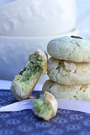 pistachio amaretti.. Ok just the fact that the recipe is in French makes me believe it's an awesome recipe