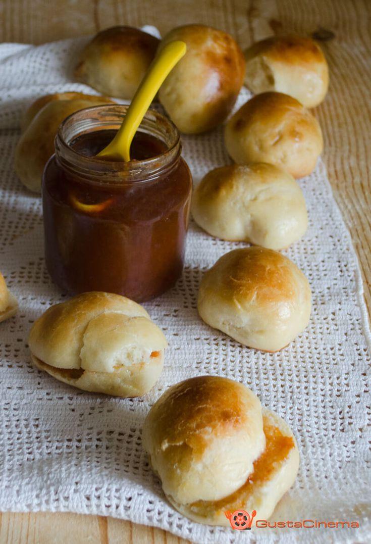 Panini al latte piccoli e gustosi bocconcini di pane. Soffici e poco zuccherati, ottimi ripieni di marmellata o farciti con salumi e formaggi.