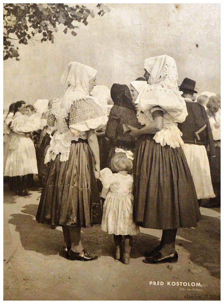 Pred kostolom. Detva 1938 . Reprofoto z časopisu Priateľ dietok