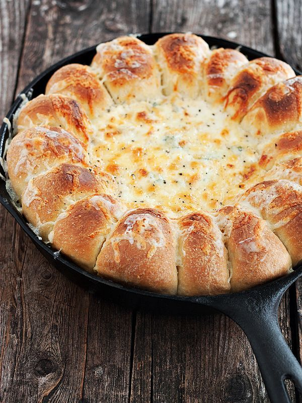 Warm Skillet Bread with Artichoke Spinach Dip #artichoke #artichokespinachdip