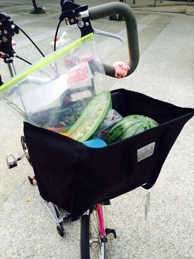 Orange has just used her new B folding basket today and is loving it!   A basket full of veggie goodness from the market!  Photo by Orange Ng. #brompton #mightyvelo