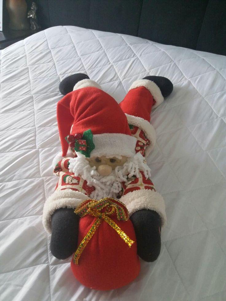 Papa Noel acostado en la cama boca abajo