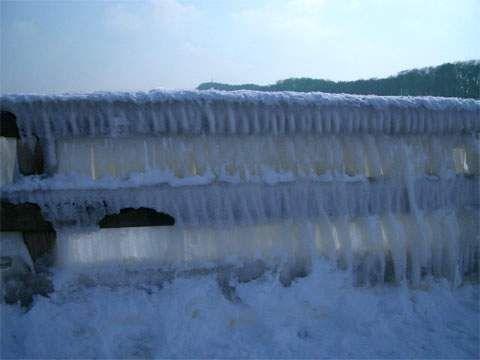 Naturerlebnis Winterstrand: Die Seebrücke von Koserow ist mit einem wuchtigen Eispanzer überzogen.