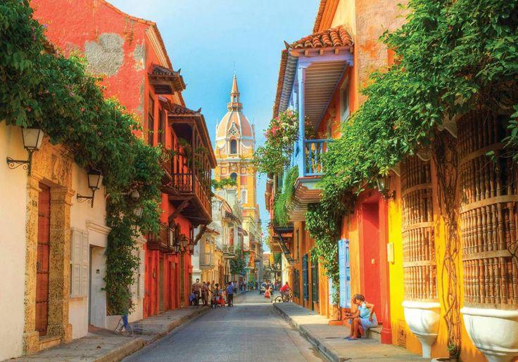 Cartagena er uden tvivl den smukkeste by i Colombia - i hvert fald den gamle bydel, som er fuld af romantik og legender! Mange af husene og kirkerne er malet i solgule og røde farver, og på de mange hyggelige pladser er der en skøn stemning!