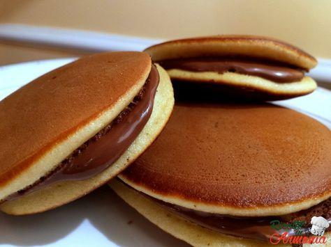 I Dorayaki sono dei dolci di origine giapponese, hanno la forma di pancake ma sono più piccoli, mentre in Giappone sono fatti con l'anko una salsa ricavata